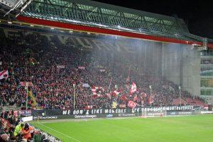 Immerhin 17.377 Zuschauer an einem nasskalten Montagabend (Foto: www.der-betze-brennt.de)