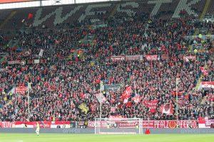 Auch auf der Westtribüne große Lücken. Nur 15.913 Zuschauer kamen gestern (Foto: www.der-betze-brennt.de)
